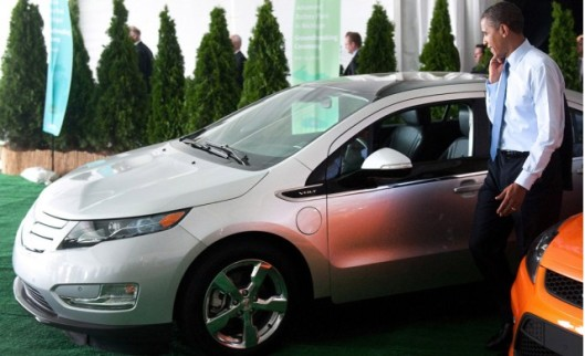 president-obama-inspects-the-2011-chevrolet-volt_100316525_m