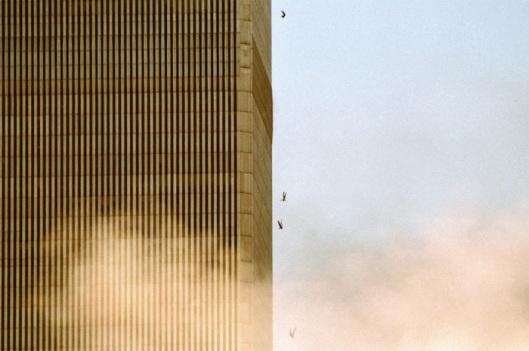 NEW YORK - SEPTEMBER 11: People fall from the World Trade Center after jumping from a burning floor after two airliners crashed into the buildings on September 11, 2001 in New York City. (Photo by David Surowiecki/Getty Images) David Surowiecki/Getty Images Pessoas caem do World Trade Center após pular de um andar em chamas, depois da colisão dos dois aviões com as torres norte e sul. Nova Iorque, 11 de Setembro, 2001. Depois da colisão dos dois aviões com as torres do World Trade Center, pessoas pulam de um andar em chamas. Nova Iorque, 11 de Setembro, 2001.